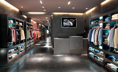 Iluminación espacio interior en tienda de ropa